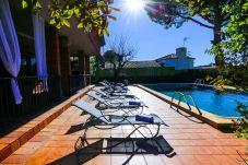 Villa en Vilafortuny - Villa GERANIS con Piscina Privada y zona de barbacoa