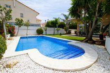 Дом на Камбрильс - MARTORELL Таунхаус с частным бассейном только для семей