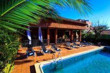 Вилла на Vilafortuny - GERANIS Вилла с частным бассейном и зоной барбекю
